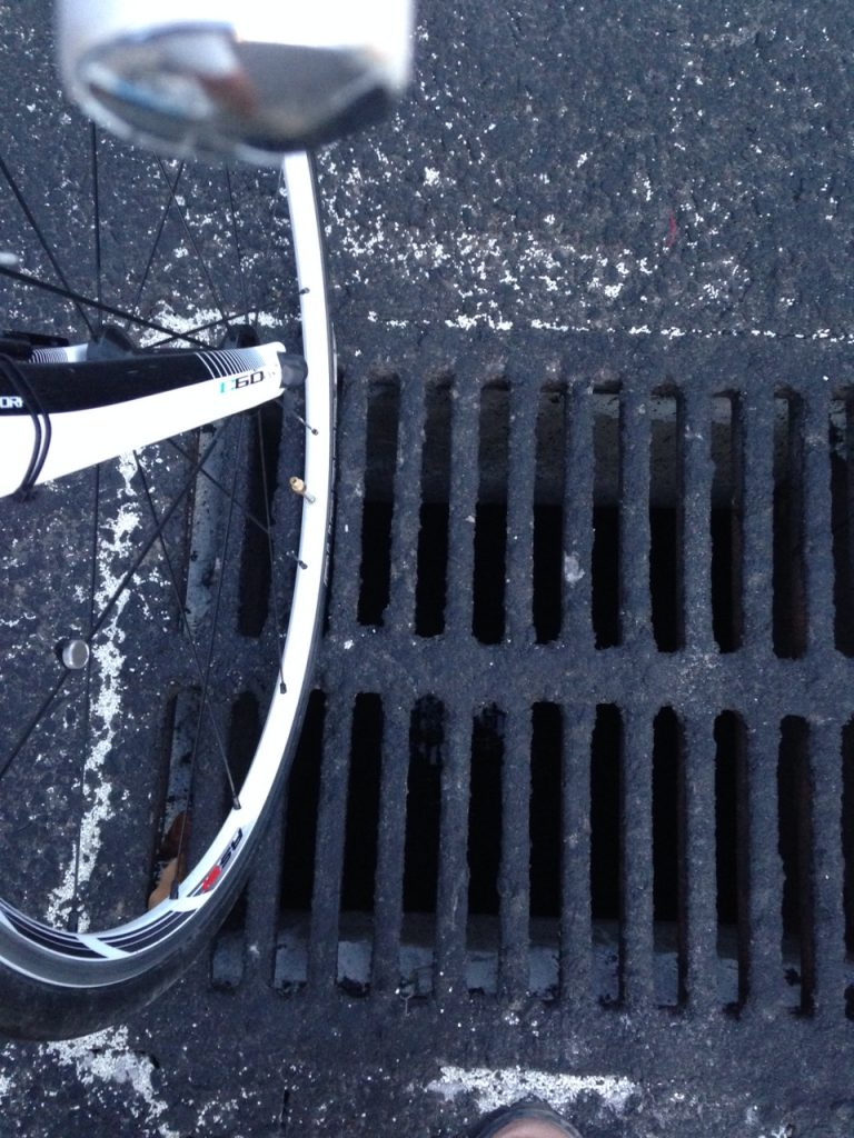 Penutup saluran air di ringroad Utara dan Sepeda Balap